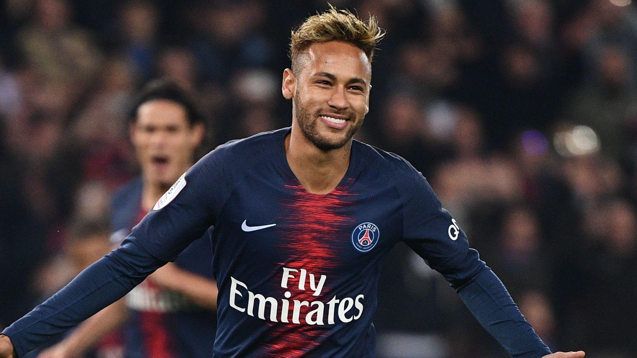 Neymar Jr. correndo, com a camiseta do PSG, após um gol