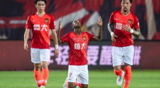 Talisca comemorando gol contra o Chongqing